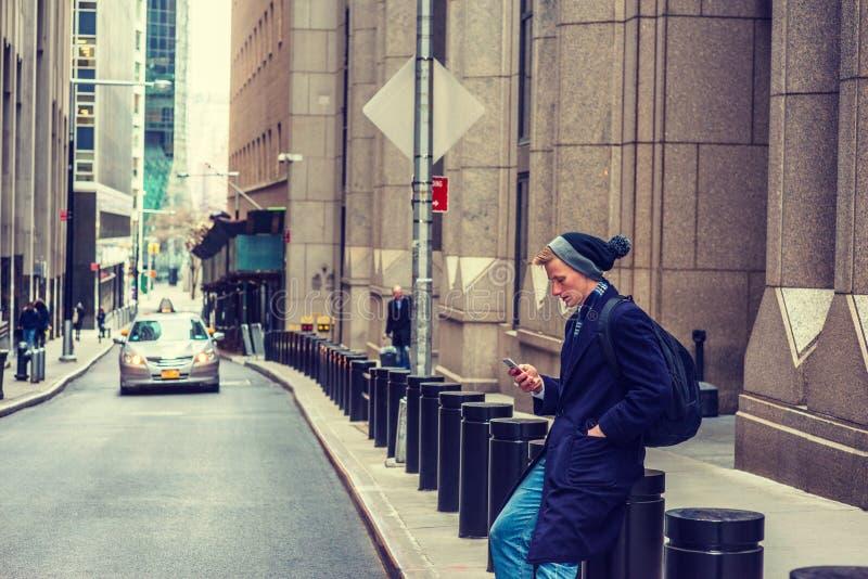 旅行在纽约的年轻美国人在冬天 库存照片