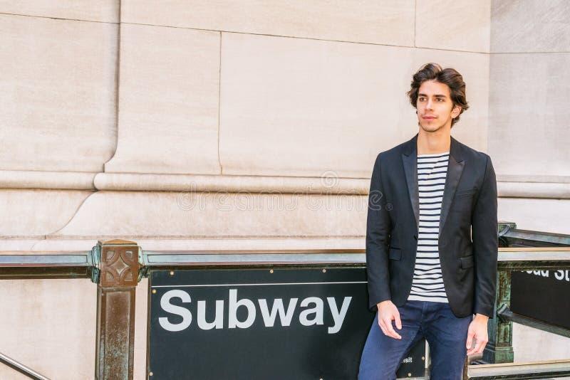 旅行在纽约的年轻英俊的人 免版税库存照片