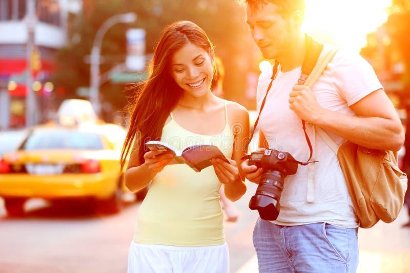旅行在纽约,美国的旅行旅游夫妇 库存图片
