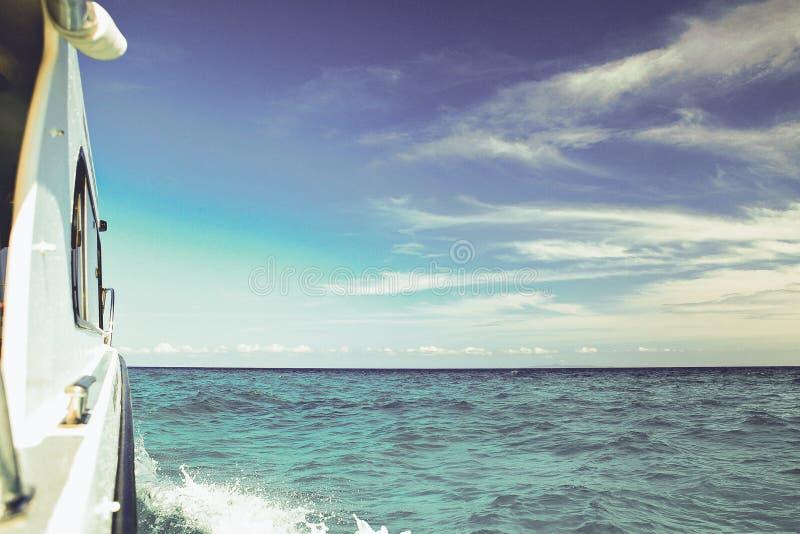 旅行在蓝色海乘小船 免版税库存图片