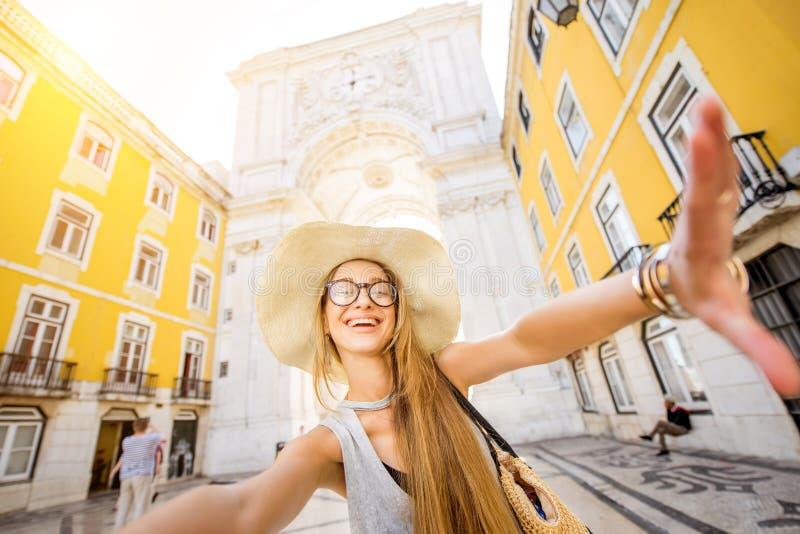 旅行在里斯本,葡萄牙的妇女 免版税库存图片