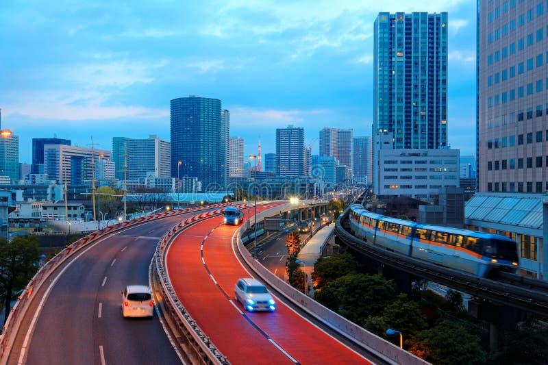 旅行在高的单轨铁路车的火车的夜风景在Tennozu小岛驻地附近在东京 图库摄影