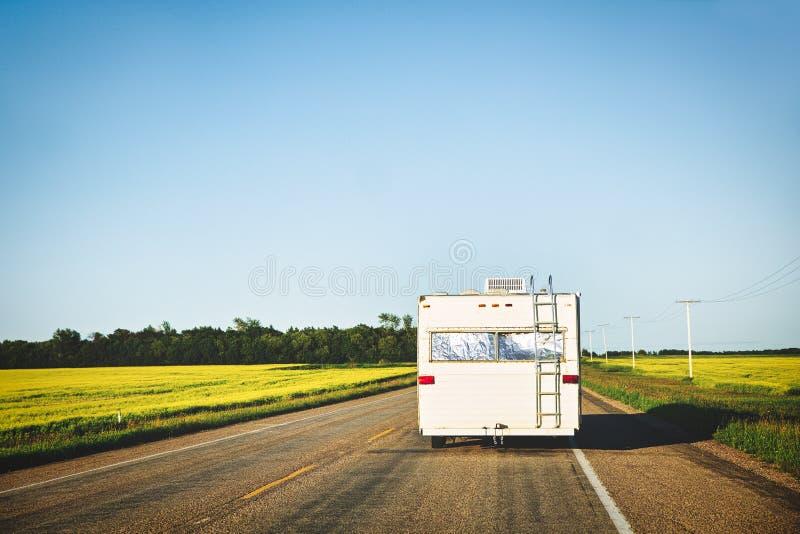 旅行在高速公路下的OOld露营车 库存图片