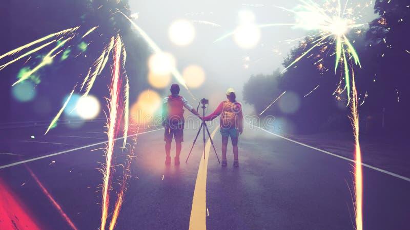 旅行大自然爱好者亚裔妇女和亚裔人拍照片射击在新年的山的烟花 ?? 免版税库存照片