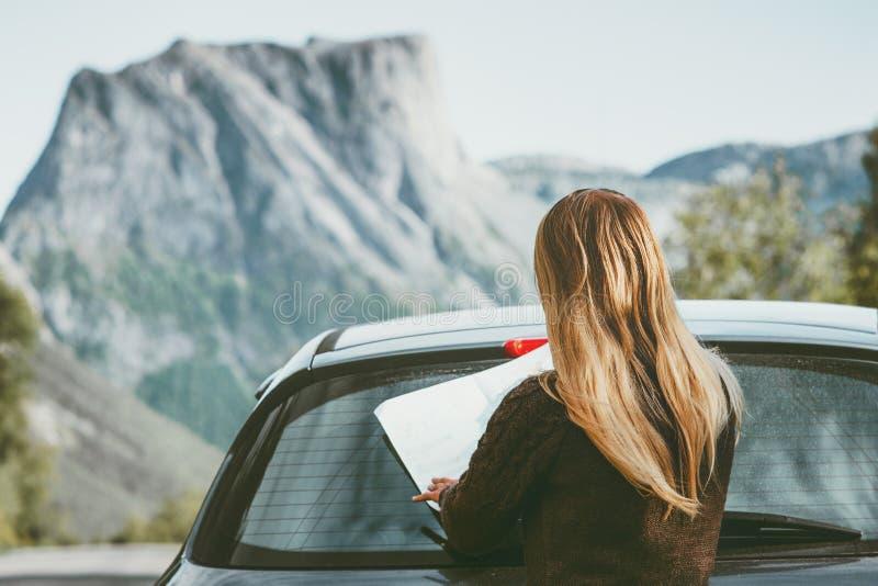 旅行妇女与地图计划旅途路线的汽车司机在挪威旅行生活方式概念冒险假期室外岩石mo 免版税图库摄影