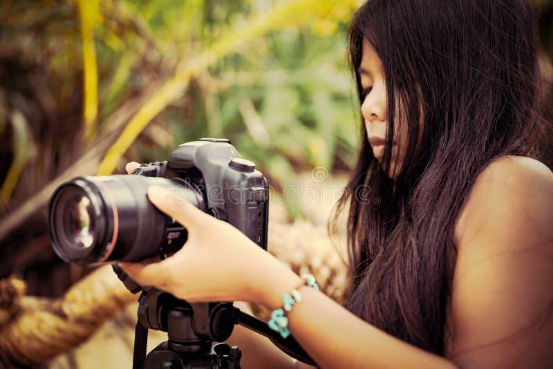 旅行妇女摄影师采取照片在室外的照相机的自然风景 免版税库存图片