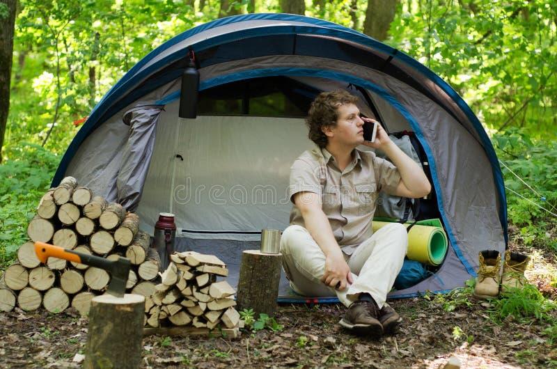 旅行家使用一个智能手机户外 免版税库存照片