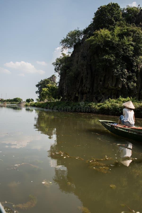 旅行小船的游人 免版税库存图片