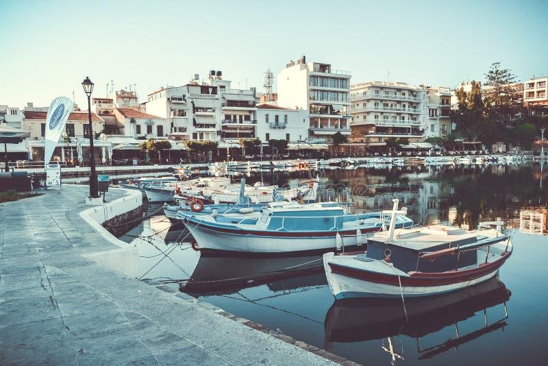 旅行希腊Ð ¡ rit Bay湖小船小游艇船坞小船 库存照片