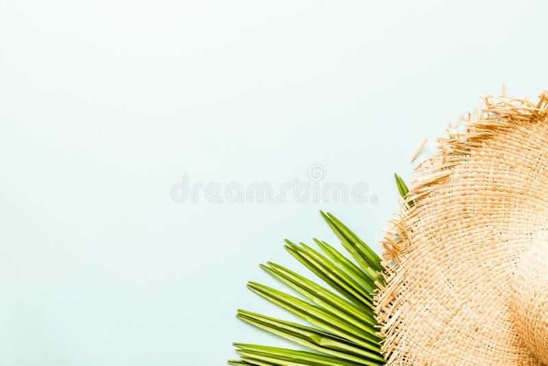 旅行平的被放置的项目:草帽和棕榈叶 E r E 库存照片