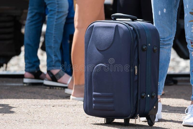 旅行手提箱在peron站立 图库摄影