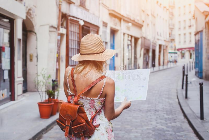 旅行指南,旅游业在欧洲,有地图的妇女游人 免版税库存图片