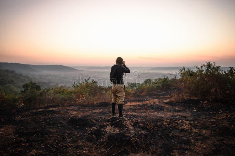 旅行摄影师采取射击在日出 库存照片