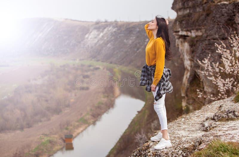 旅行旅游愉快的妇女 使大气片刻惊奇的旅行和旅行癖概念 愉快妇女旅行 真正可爱的妇女 免版税图库摄影