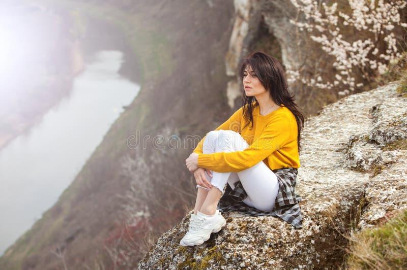 旅行旅游愉快的妇女 使大气片刻惊奇的旅行和旅行癖概念 愉快妇女旅行 真正可爱的妇女 图库摄影