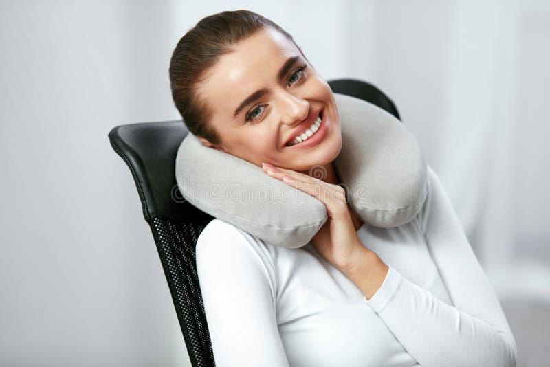 旅行枕头 有枕头的妇女在脖子 免版税库存图片