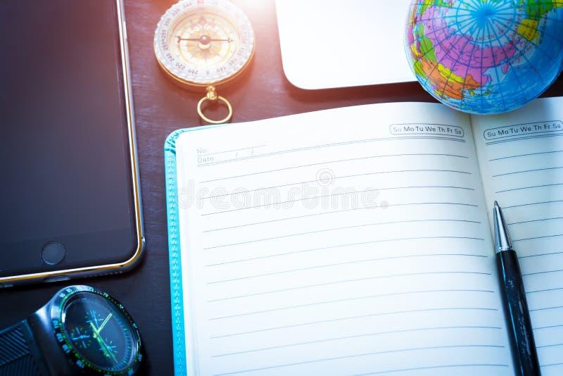 旅行概念、笔、指南针、地球、手表、手机和emp 免版税图库摄影