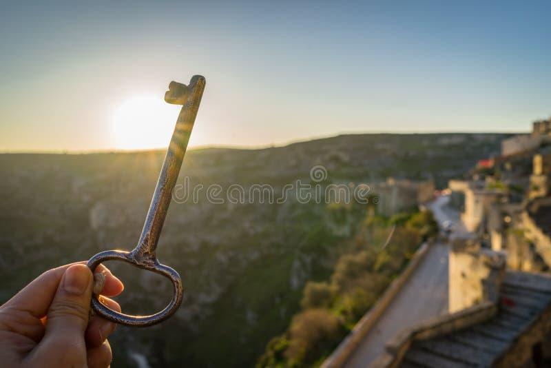 旅行概念用把握葡萄酒旅馆关键,早晨的妇女手 免版税库存图片