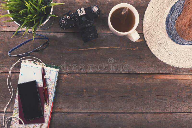 旅行概念背景-在桌上的假期项目 免版税库存照片