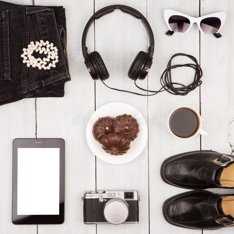 旅行概念-鞋子,牛仔裤,片剂个人计算机,照相机,耳机, su 库存照片