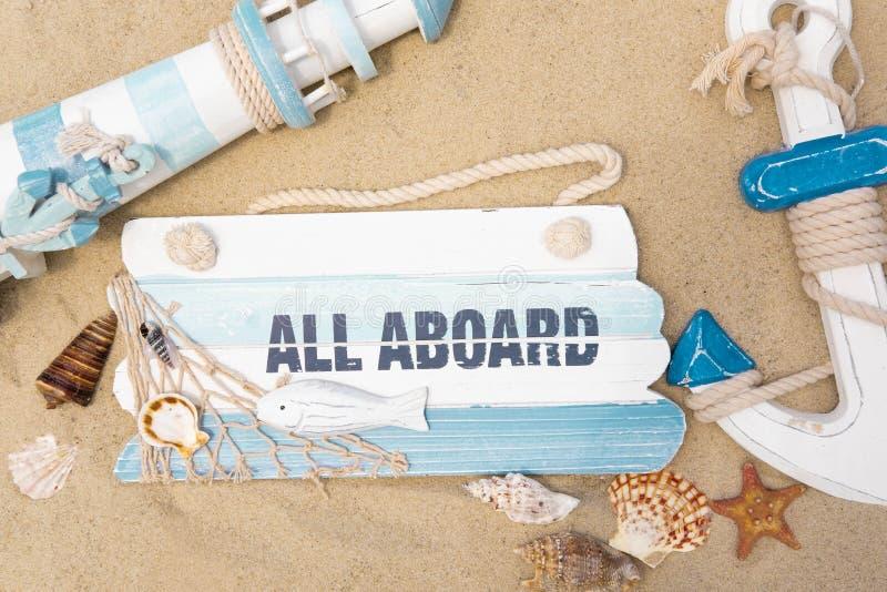 旅行横幅模板 灯塔、船锚、贝壳和黑板的照片题字的 旅游,海背景 免版税库存照片