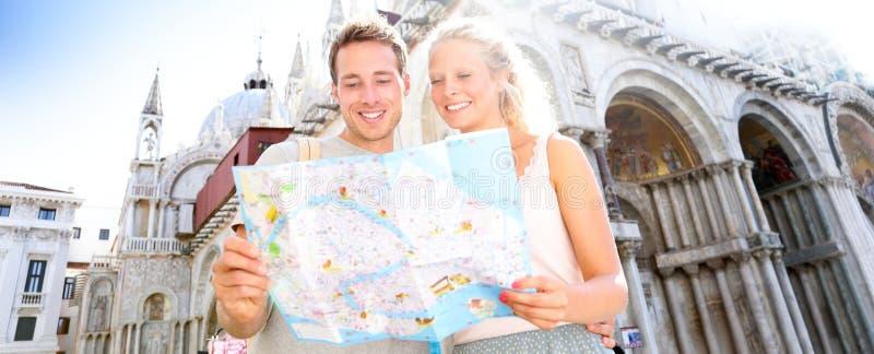 旅行横幅,夫妇读书地图在威尼斯,意大利 库存照片
