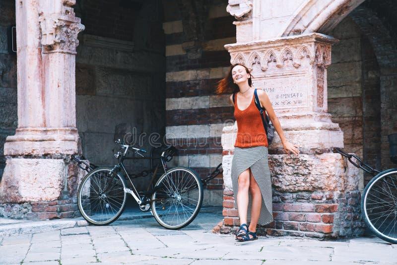 旅行欧洲 年轻时髦的妇女在维罗纳,意大利 免版税库存图片