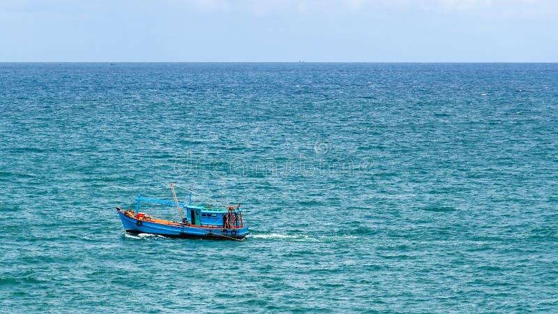 旅行沿暹罗湾的蓝色渔船 免版税库存图片