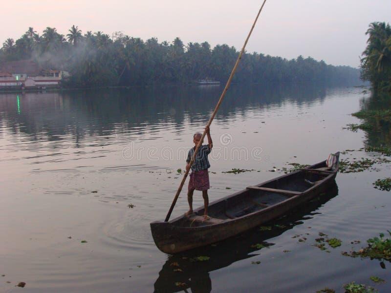 旅行由河的农村印度 免版税图库摄影