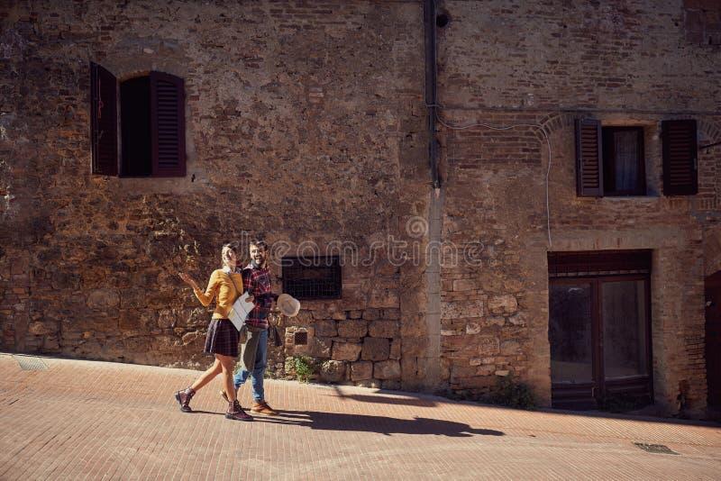 旅行男人和妇女有地图的在城市 图库摄影