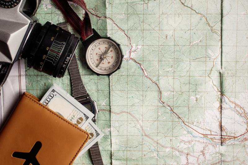 旅行癖和冒险概念,老指南针手表照片照相机 库存照片