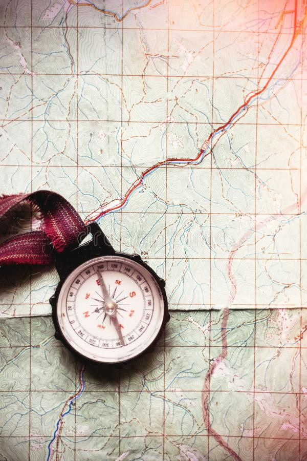 旅行癖和探索概念,说谎在地图,名列前茅vi的老指南针 免版税库存照片