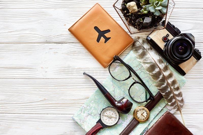 旅行癖和旅行概念,平的位置 地图护照金钱comp 库存照片