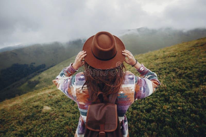 旅行癖和旅行概念 拿着帽子和厕所的女孩旅客 库存图片