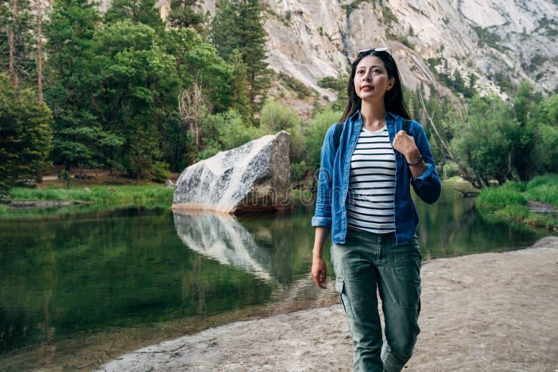 旅行癖妇女徒步旅行者在度假在优胜美地 库存图片
