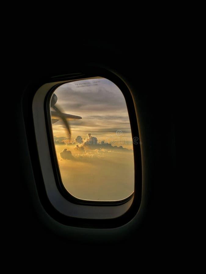 旅行的低谷亚洲,飞机窗口视图,在云彩上 库存照片