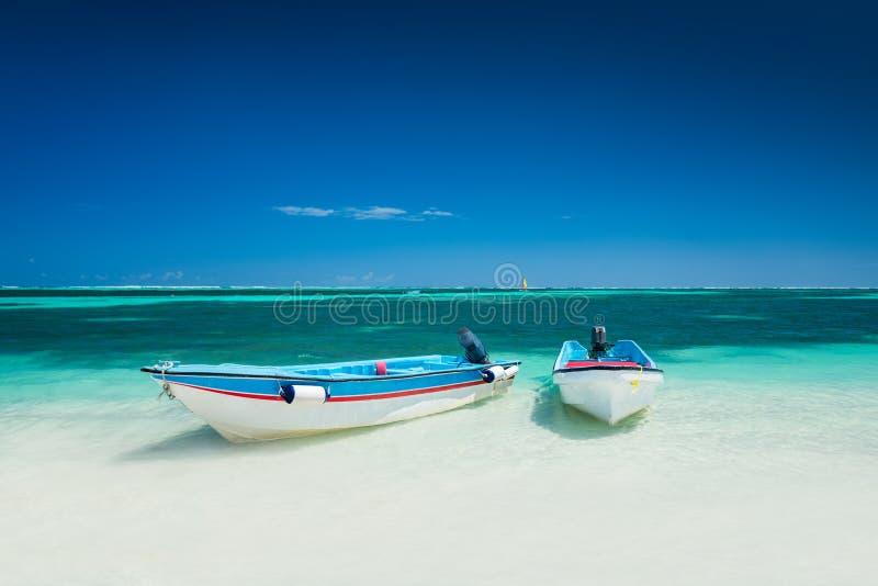 旅行的加勒比海和速度小船在海滩冒险 免版税库存图片