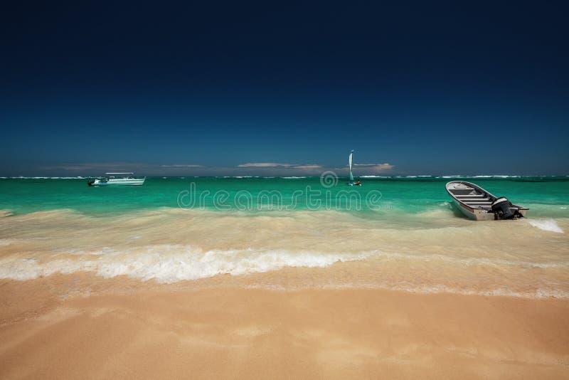 旅行的加勒比海和速度小船在海滩冒险 免版税库存照片