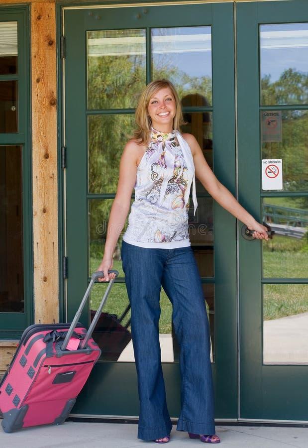 旅行的妇女年轻人 免版税图库摄影