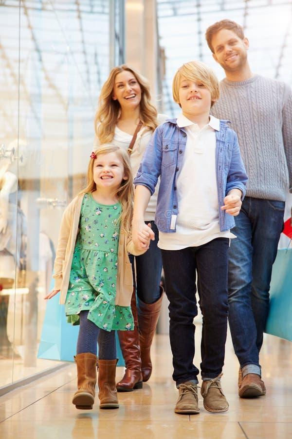 旅行的孩子到与父母的商城 免版税库存图片