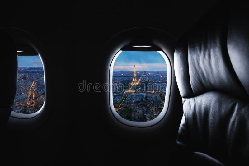 旅行的巴黎,法国著名地标和旅行目的地在欧洲 鸟瞰图埃菲尔铁塔通过飞机窗口 免版税库存照片