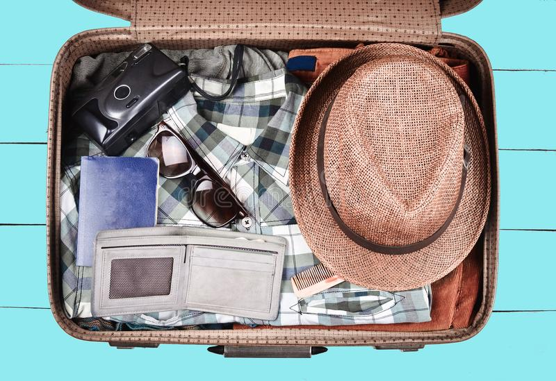旅行的开放手提箱在蓝色木背景 旅行,假期,顶视图的概念 库存照片