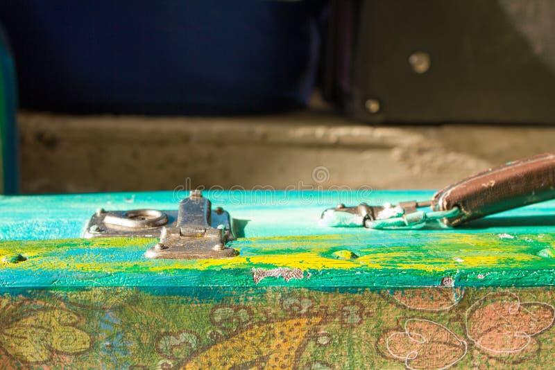 旅行的明亮的色的减速火箭的手提箱 免版税库存图片