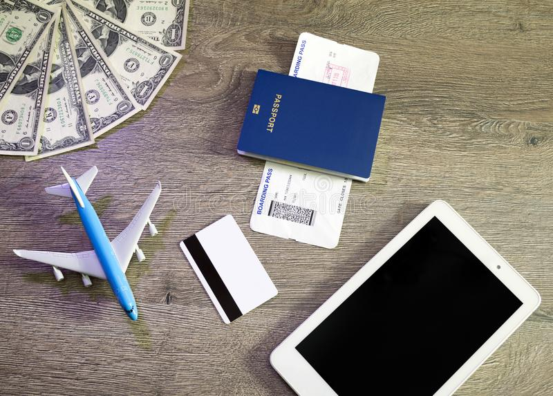 旅行的概念的准备,飞机,膝上型计算机,登舱牌,护照,信用卡,在葡萄酒木背景 库存照片