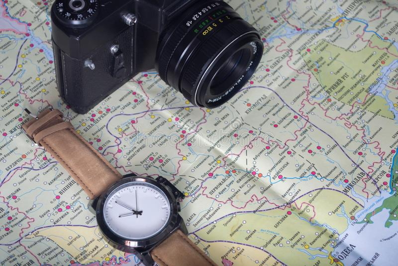 旅行的概念 与指南针和眼睛玻璃的葡萄酒照相机在世界地图背景 免版税库存图片
