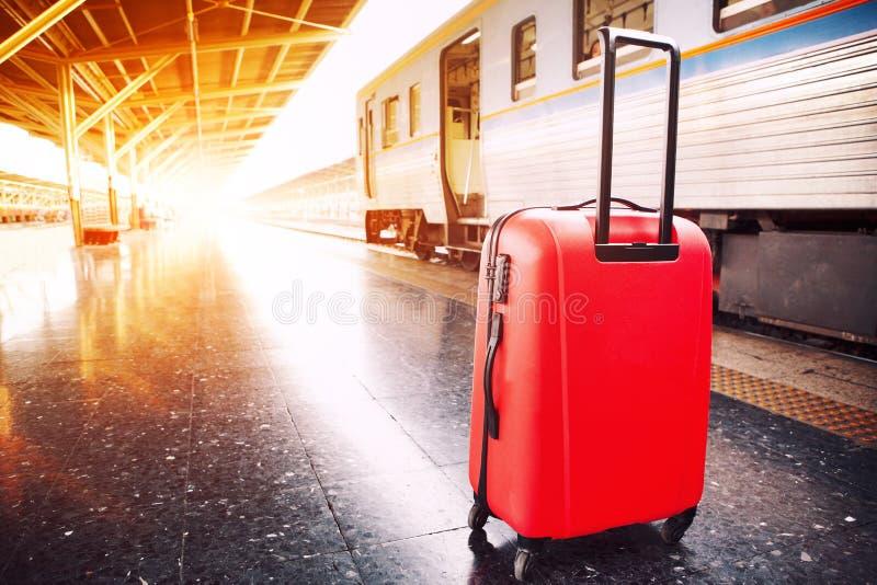 旅行的行李和火车在平台 库存图片