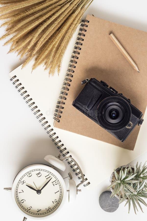 旅行的计划的概念 办公室桌书桌,notbook,照相机,花 平的被放置的构成、社会媒介和艺术家 r 库存照片