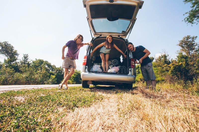 旅行的年轻行家朋友在一个夏日 欧洲旅行 库存图片