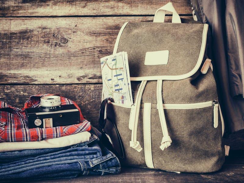 旅行背包、衣物、地图、filmstrip和减速火箭的影片照相机 免版税图库摄影
