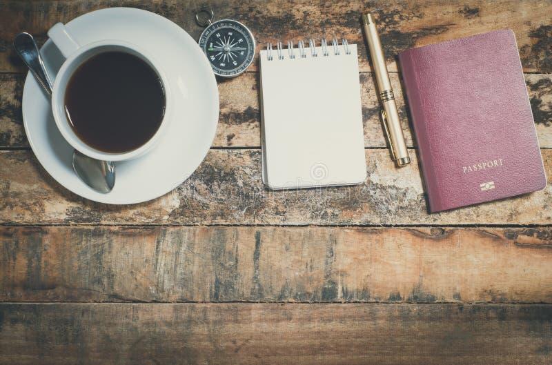 旅行设备和咖啡 免版税库存图片